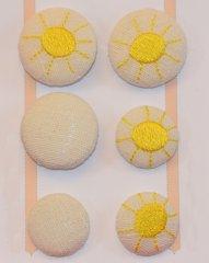Leinenknopf bestickt mit einer Sonne